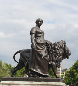 buckingham_lion_lady